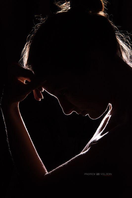 девушка силуэт портрет свет контур светится Игра светомphoto preview