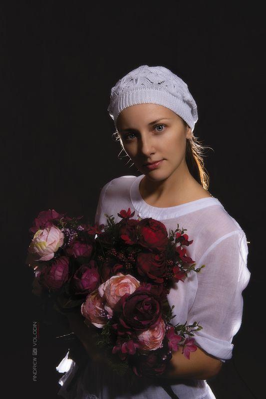 девушка платок палантин съемка студия красиво мадонна портрет, Девушка с цветамиphoto preview