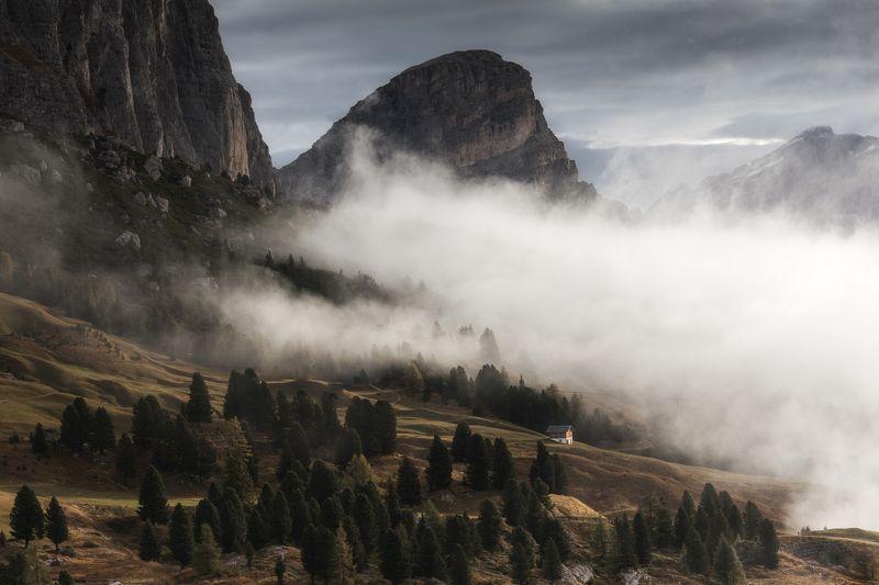 италия, доломиты, туман, утро, рассвет, осень, горы Туманное утро на перевале Селлаphoto preview