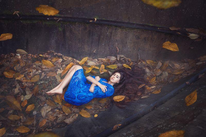 девушка, портрет, постановочное фото, листья, осень, синий, желтый, лодка, girl, staged photo, autumn, mood, yellow, blue, fall photo preview