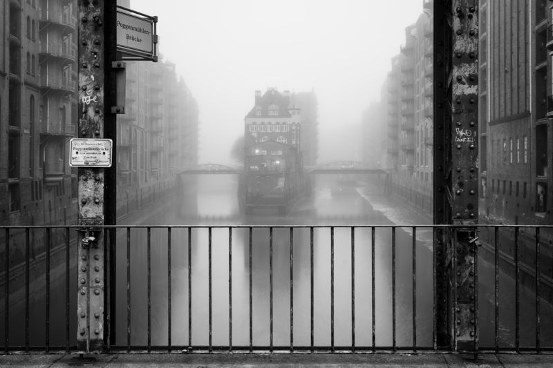 water, haze, fog, mist. fleet, hamburg, bridge, house Wasserschloss bei Nebelphoto preview