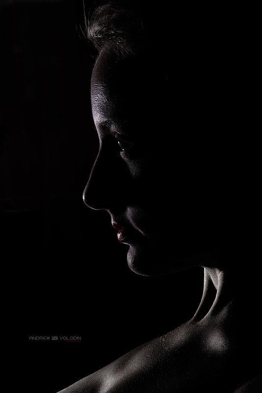 девушка портрет губы чб контраст контур студия Портретphoto preview