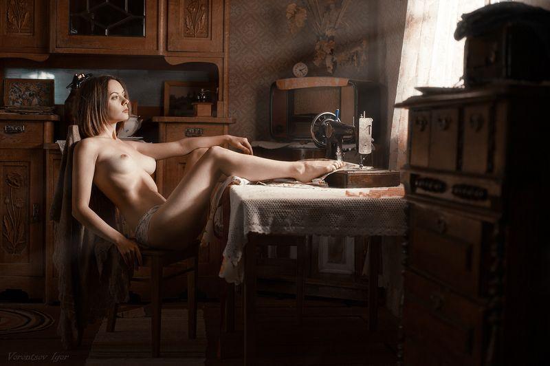 ню, девушка, грудь, обнажённая,окно, винтаж, буфет, швейная машинка photo preview