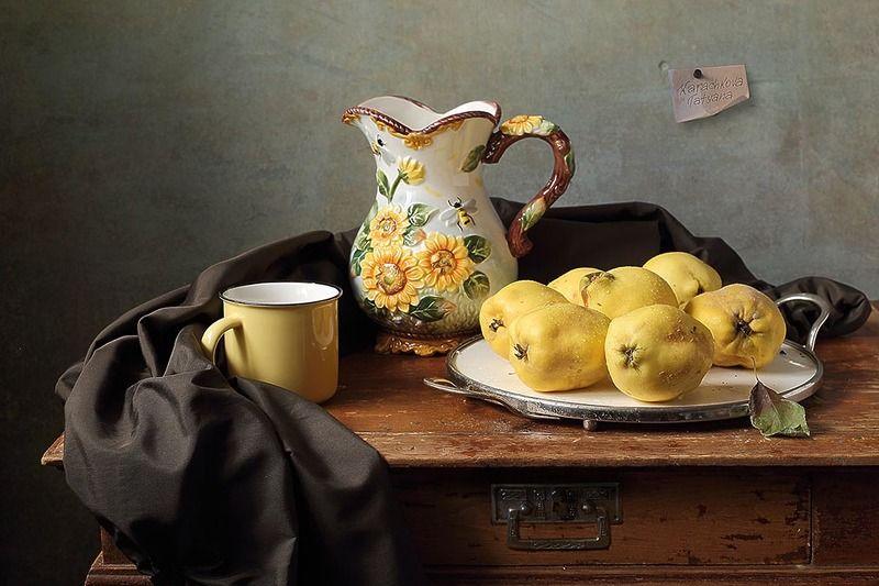 натюрморт, айва, кувшин, подсолнухи, кружка, чайник, кофейник, посуда, блюдо Айва на белом блюдеphoto preview