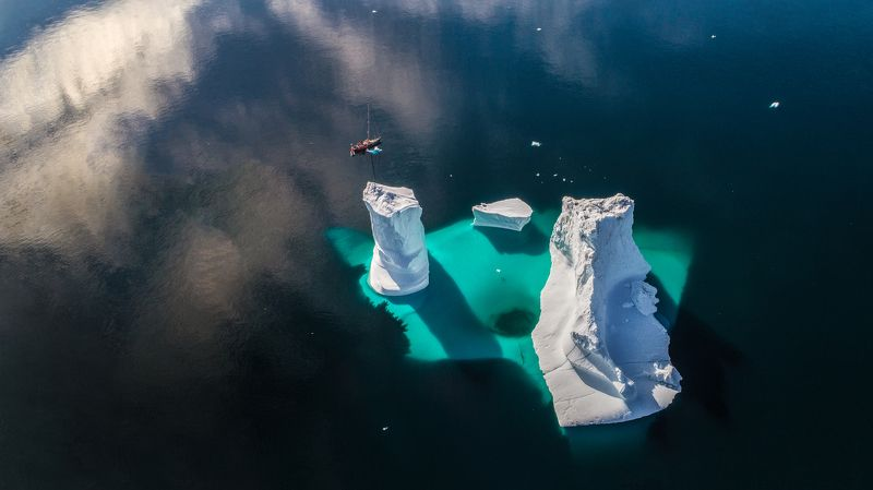 гренландия, айсберг, дрон, яхта, лодка Маленькая лодка и большой айсбергphoto preview
