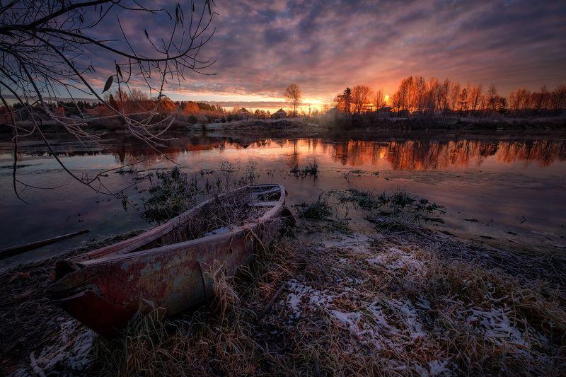 дубна, река, лодка, ноябрь, холод, утро, лед, снег, рассвет, облачность, восход, снег Замерзающая Дубнаphoto preview