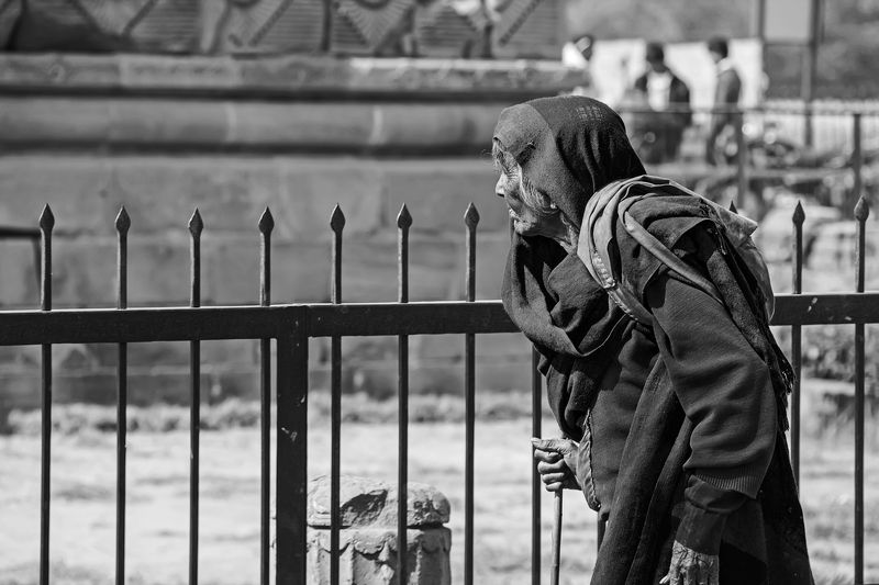 жанр,черно-белая,тревел,индия,улица,портрет У храмовых воротphoto preview