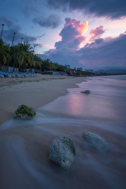 Встречая рассвет на берегу моря в хорошей компанииphoto preview