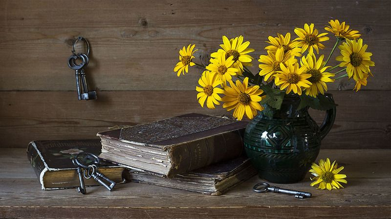 жёлтые цветы, кувшин, книги, ключи  фото превью