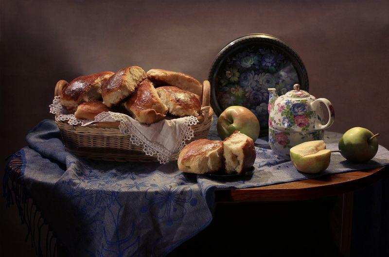 натюрморт, осень, выпечка, пирожки, яблоки, чай, фарфор Про пирожки фото превью