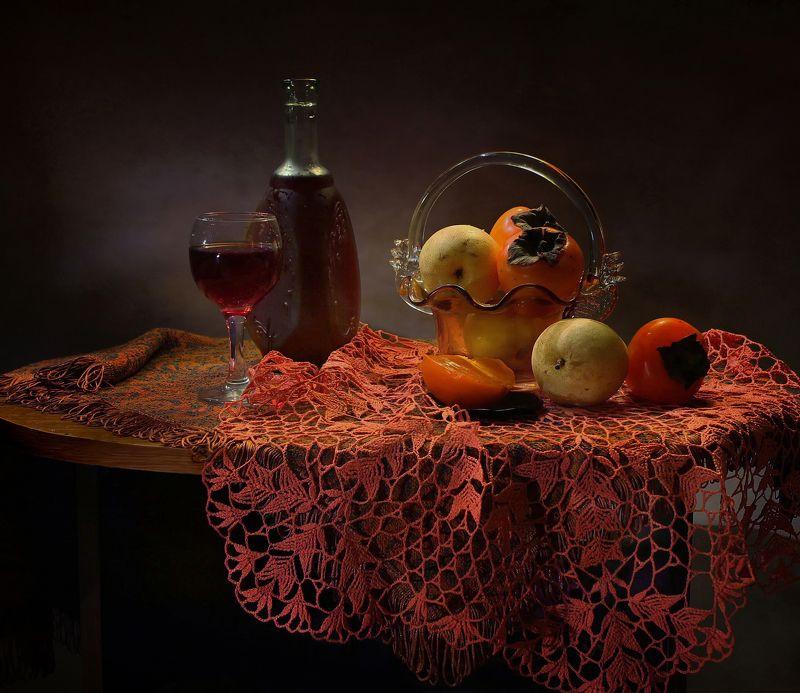 натюрморт, фарфор, вино, фрукты, стекло, бокал, статуэтка, осень С красной вязаной салфеткойphoto preview