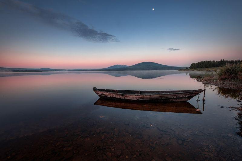 зюраткуль, пейзаж, озеро, луна, лодки, горы, небо, рыбаки, рассвет, туман, утро Луна над озеромphoto preview