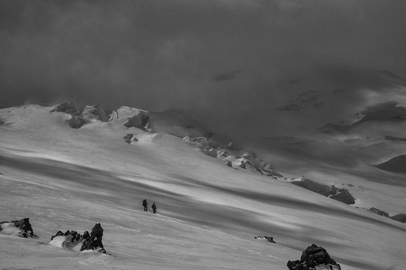эльбрус,пейзаж,природа,зима, альпинисты, горы, облака, черно-белое,кавказ,россия,фототур Восходителиphoto preview