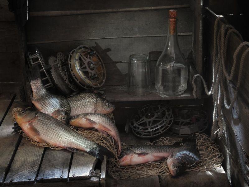 рыба карась рыбак водка В рыбацкой каморке.photo preview