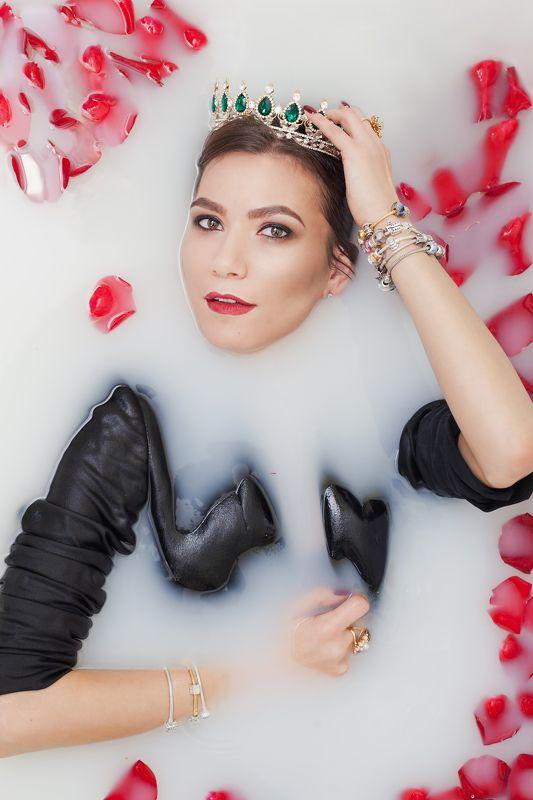 корона съемка в ванной в молоке бьюти портрет Королеваphoto preview