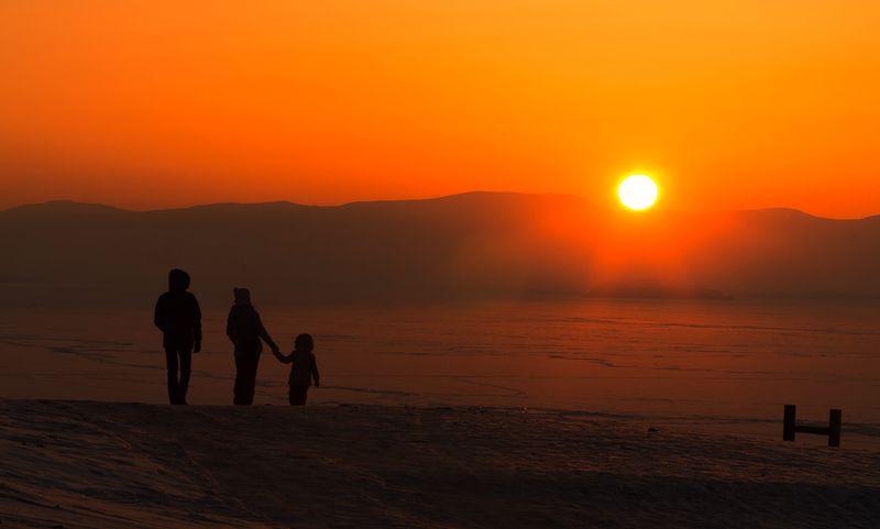 Байкал, зима, люди, силуэт, закат, солнце Провожаем солнцеphoto preview