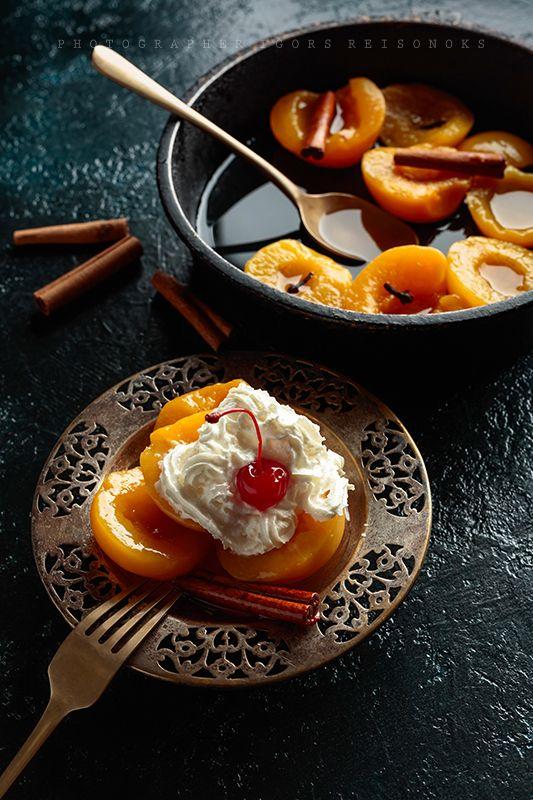 Персиковый десерт со сливками.photo preview