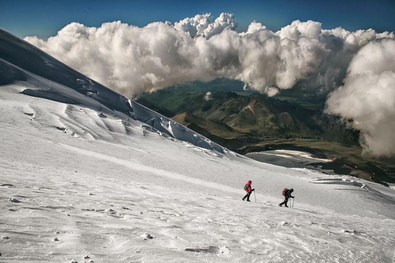 кавказ,эльбрус,восхождение,альпинисты,снег,горы,природа,пейзаж,облака,вечер,путешествие,фототур Спускаясь с седла Эльбрусаphoto preview