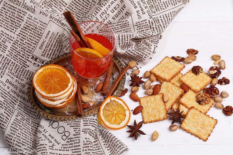 Новогодний натюрморт с глинтвейном и печеньем с орехамиphoto preview