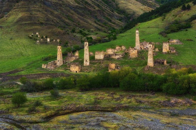 природа, пейзаж, кавказ, горы, весна, вечер, панорама, крепость Боевые башни средневековьяphoto preview