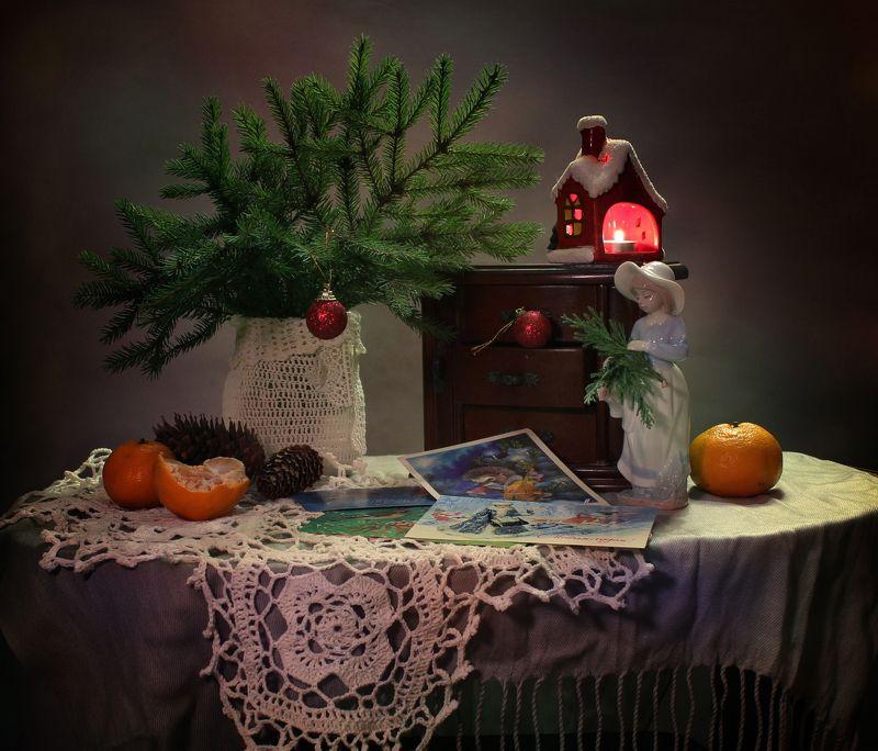 натюрморт, зима, новый год. девушка, статуэтка, фарфор, открытки, елка, подсвечник Со старыми открыткамиphoto preview