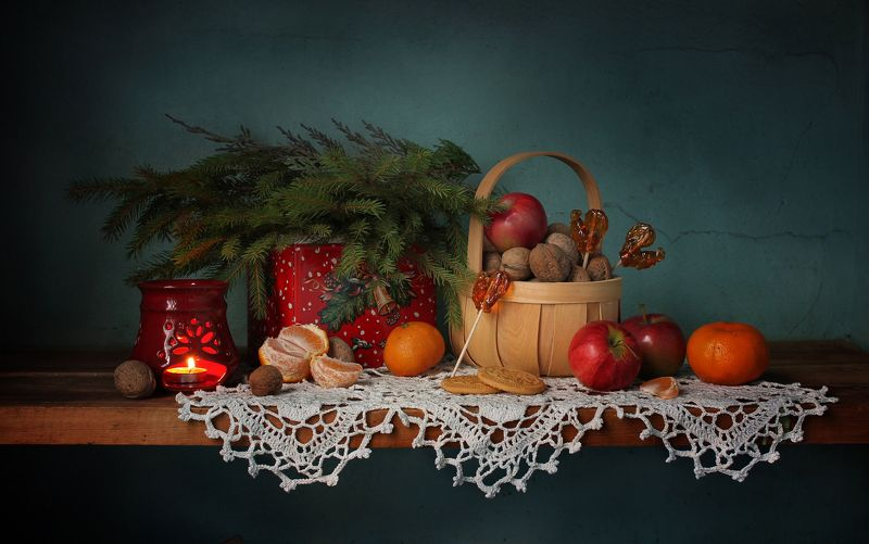 натюрморт,  новый год, елка, леденцы, мандарины, яблоки, сладости, подсвечник Новогодние радостиphoto preview