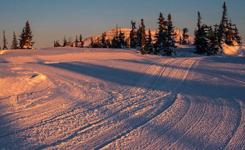утро, следы, ратраки, мороз, рассвет, солнце, гора, зелёная, шерегеш, горная шория, сибирь Pro вельветовое утро на горе Зелёнойphoto preview