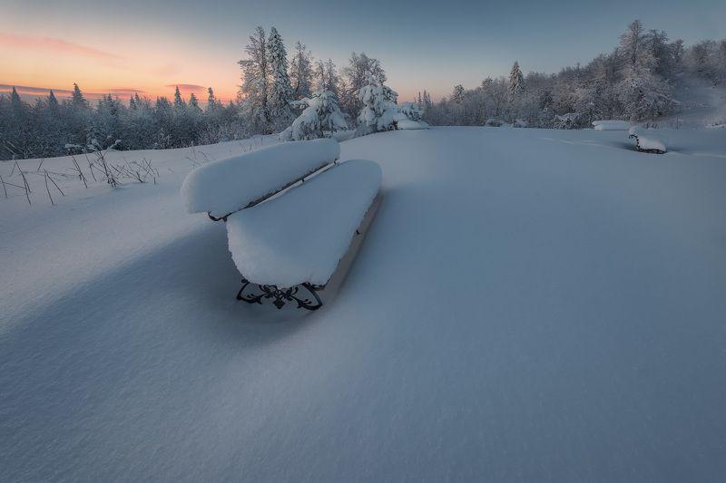 белая гора, лавочка, зима, рождество, снег, мороз, метель, пурга, холод, белый, утро, рассвет, пермь Лавочки под снегомphoto preview